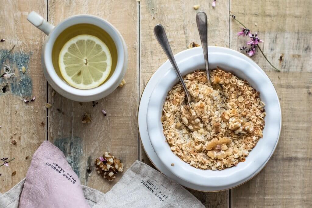 Haferbrei und Tee als warmes Frühstück